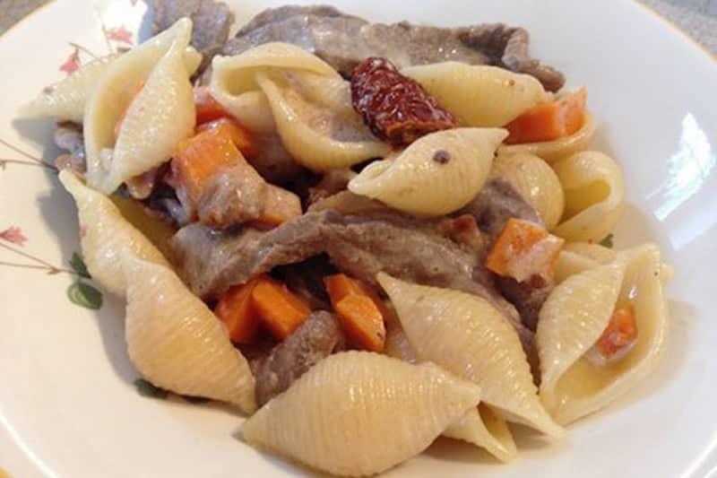 Cremige Pasta mit Rindfleischstreifen, getrockneten Feigen und Portwein